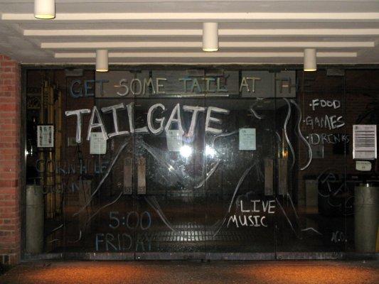 Student Center的大门,被画成这样了。。。很好很强大~
