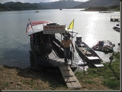เรือที่จะพาไป บ้านป่าสักงาม ถ้านั่งรถต้องอ้อมร่วมร้อยโลทีเดียว